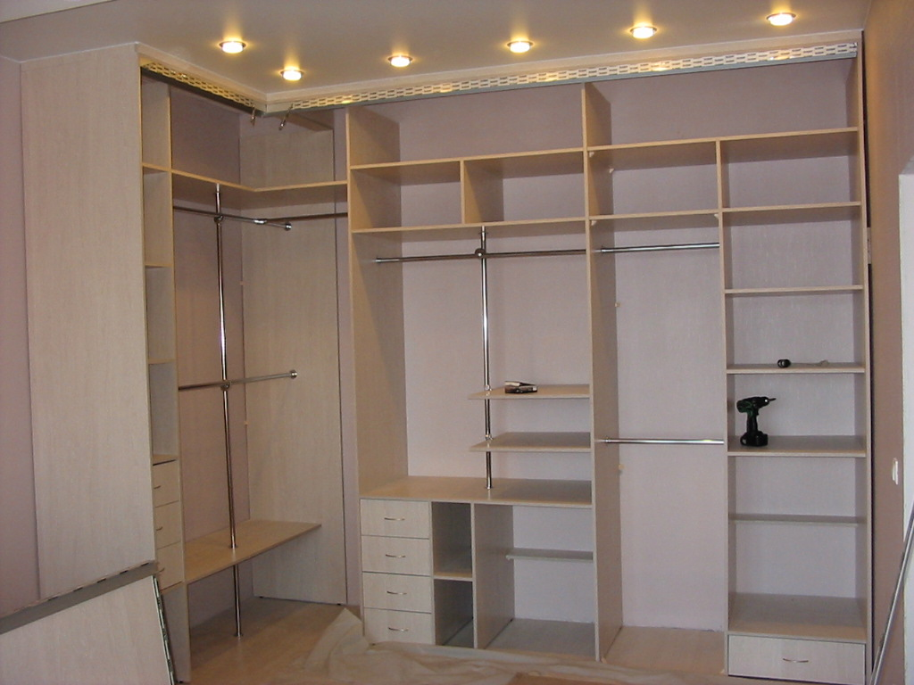 Особенности конструкции шкафа купе, фурнитура, аксессуары и комплектующие для производства шкафов-купе, гардеробных, тумб